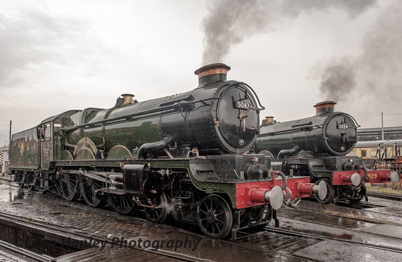5043 Earl of Mount Edgcumbe sits alongside 7029 Clun Castle at Tyseley